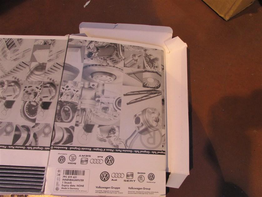Упаковка проклеена некачественно, расклеивается.