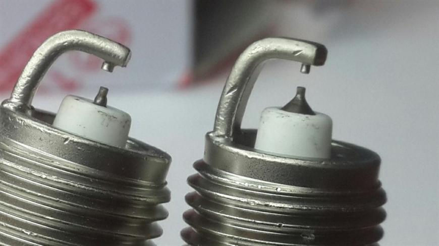 Центральные электроды искривлены, не соосны, межэлектродный зазор отличается.