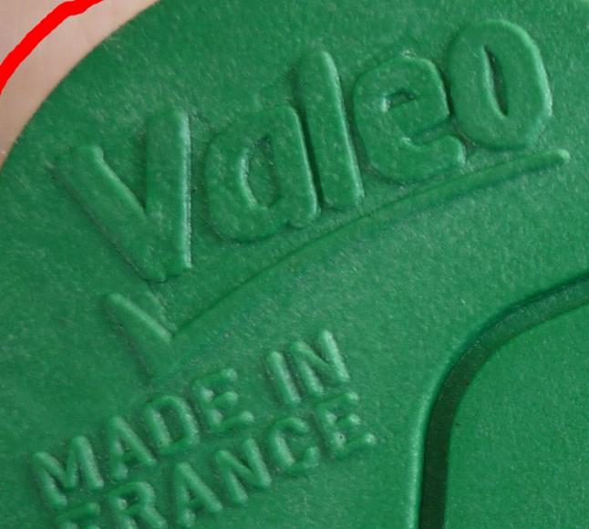 Отличается гравировка маркировки на корпусе катушки.