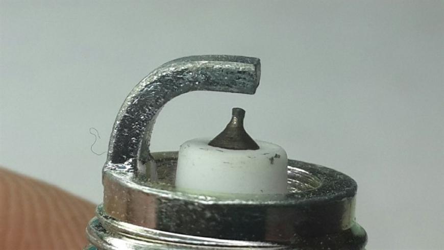 Имеет отличие центральный электрод, цветовой оттенок металла сердечника не соответствует оригиналу.
