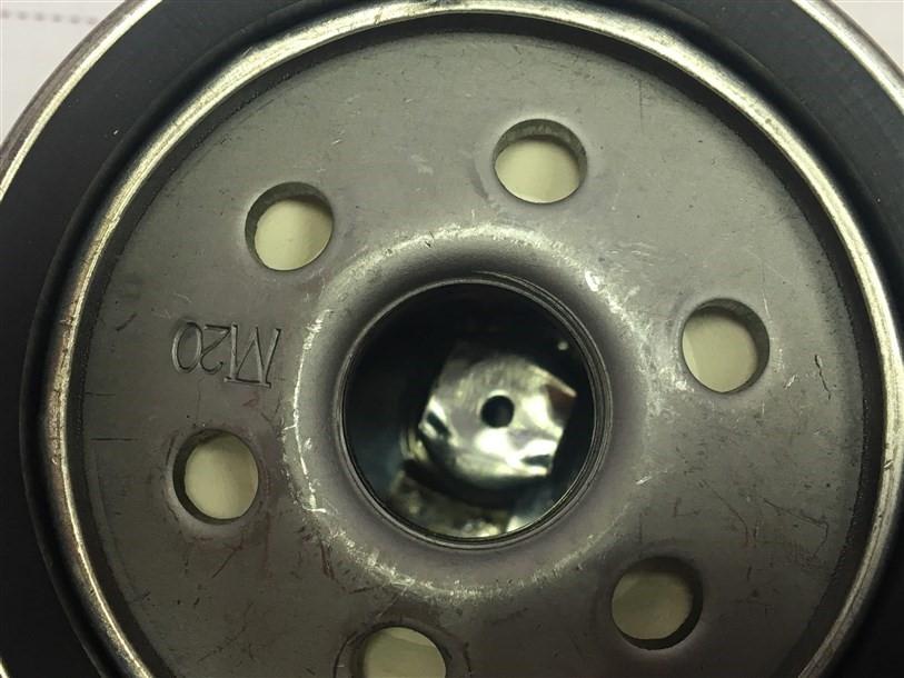 Некачественное точечное соединение обратного клапана с фильтром, клапан расположен криво по отношению к корпусу.