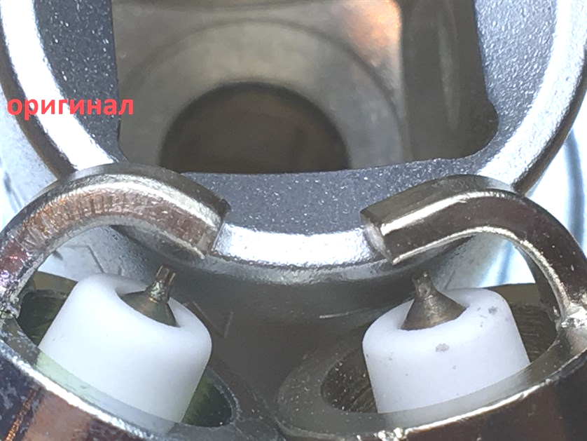Отличается центральный электрод, цветовой оттенок металла сердечника не соответствует оригиналу.