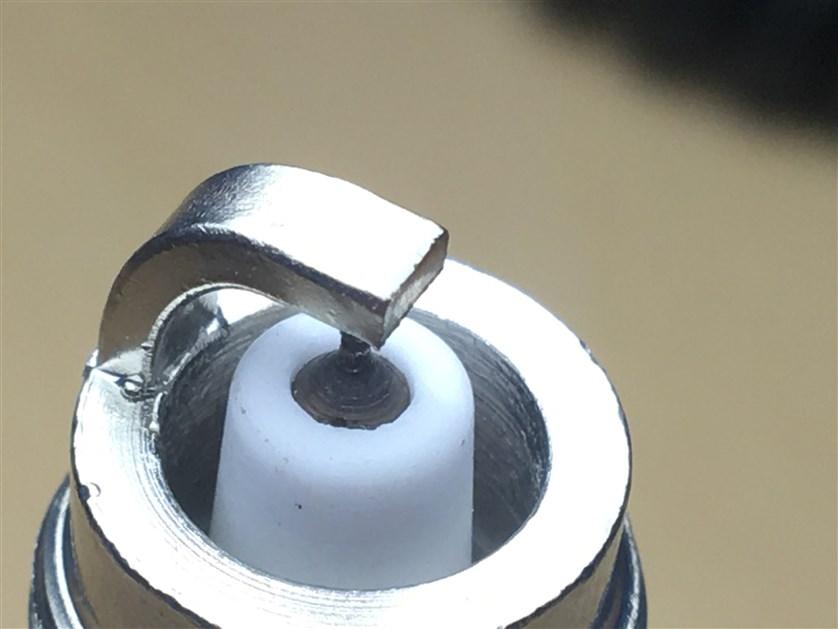Присутствуют дефекты теплового конуса изолятора.