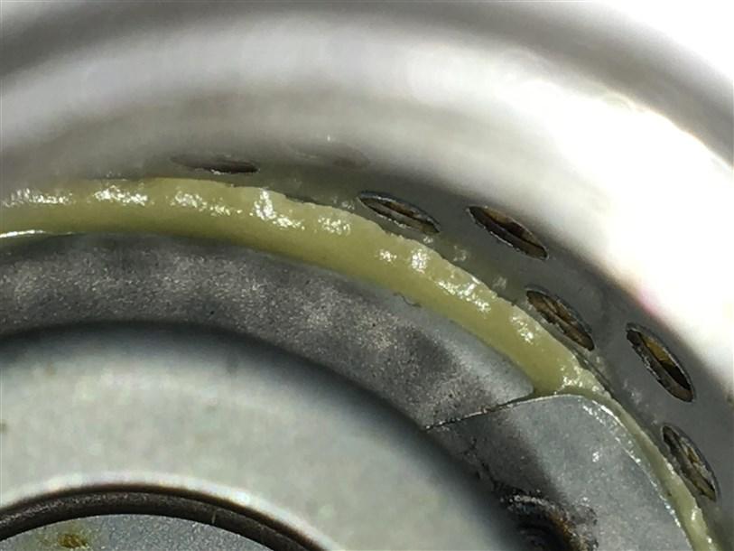 Внутри фильтр обильно залит герметик.
