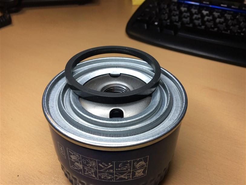 Уплотнительная резинка на фильтре практически не держится.