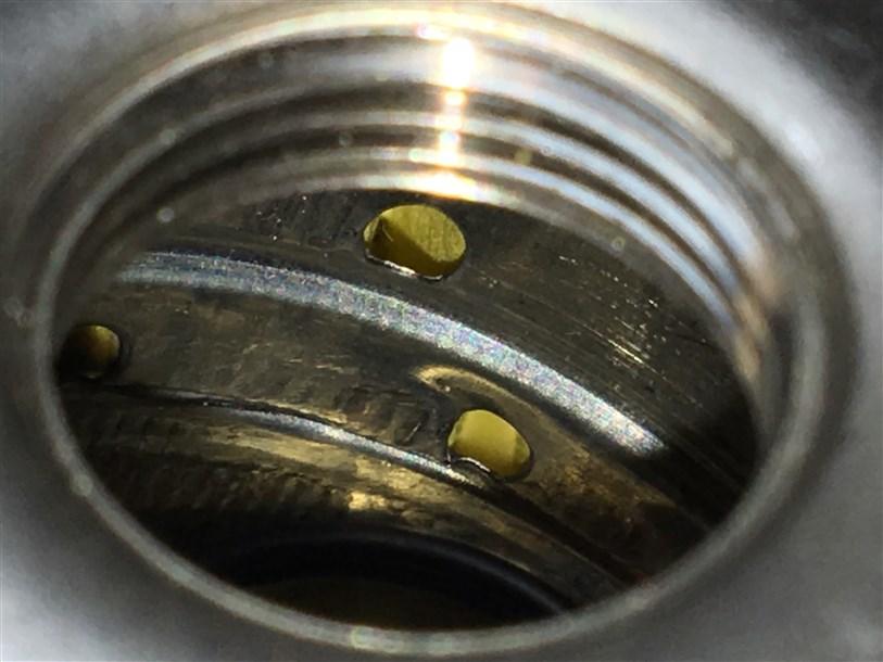 """""""Настоящий"""" фильтр MANN - перфорированный картридж фильтрующего элемента имеет равномерные отверстия по всей площади, у данных фильтров отверстия в хаотичном порядке и их меньше в несколько раз."""