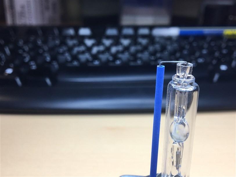 Технология соединения бокового электрода отличается от технологии Osram. Кончик колбы длиннее чем в оригинальном исполнении.