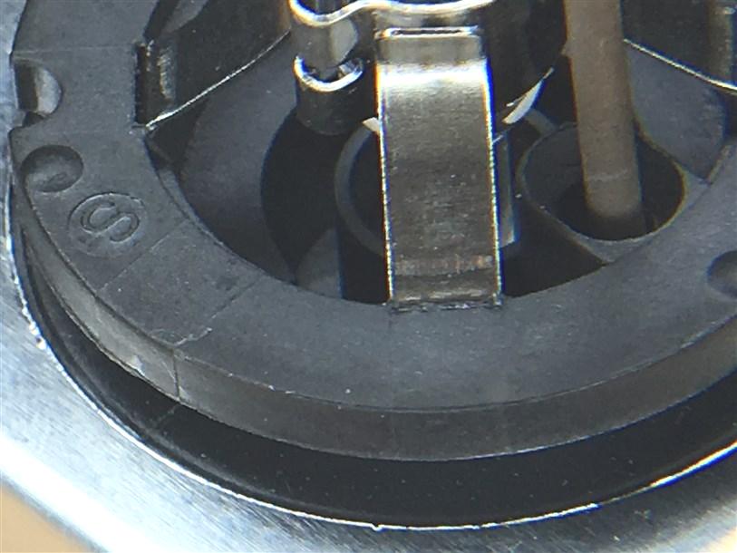 На корпусе отсутствует заводской штамп даты производства.