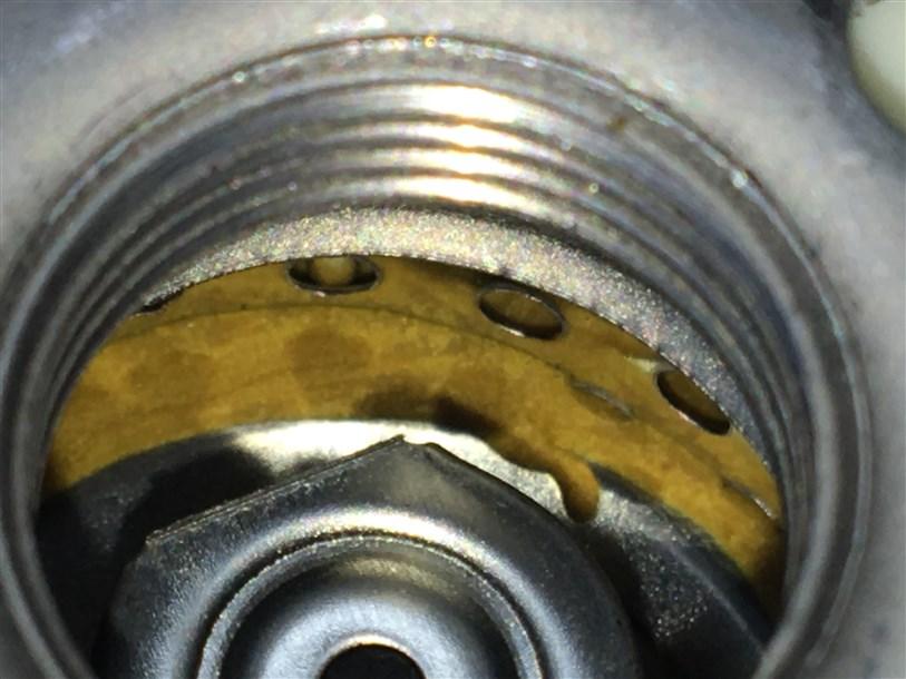 Внутри фильтра обильно залит герметик (клей).