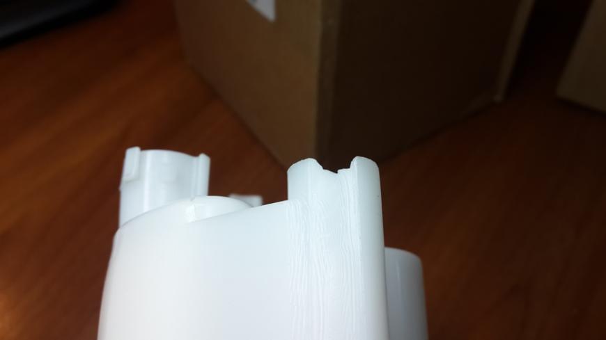 Качество пластика не соответствует оригиналу (имеет желтоватый оттенок и имеет явную шагрень).