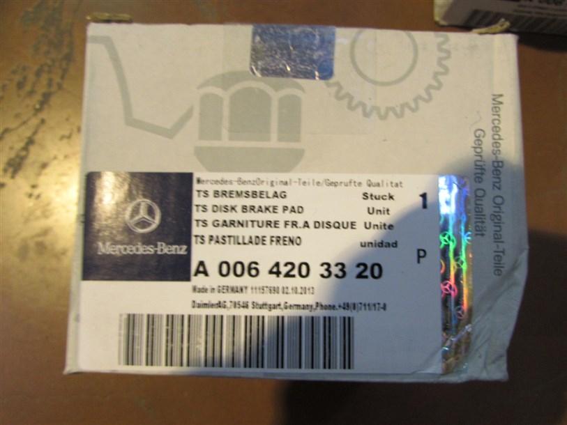 Отличается полиграфия и шрифт стикера, отличается полиграфия упаковки.