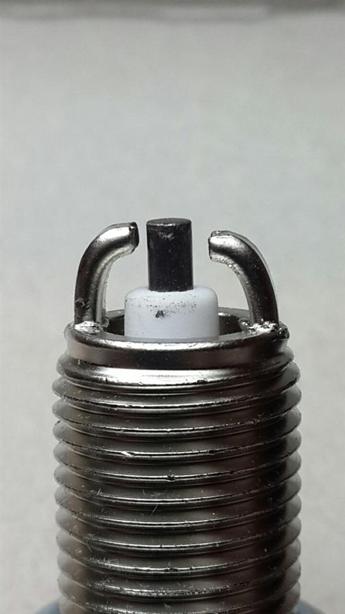 Центральный электрод расположен не по центру, смещён.