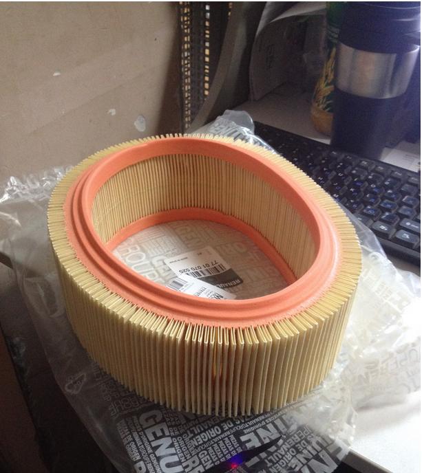 Резиновая окантовка присутствует только на внутренней части. Цвет материала фильтра и окантовки отличается от оригинального.