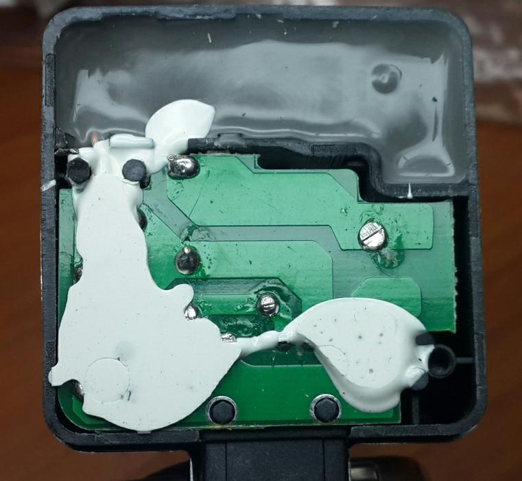 Пайка контактов неаккуратная, герметик залит не ровно, присутствуют капли, подтёки.