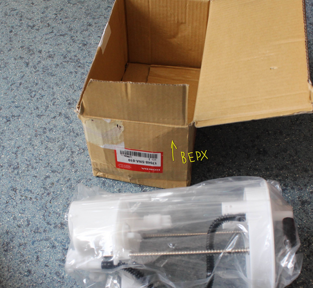 Стикер наклеен в перевёрнутом виде по отношению к крышке упаковки.