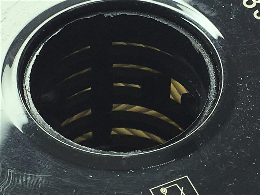Во внутренней пластиковой втулке фильтра присутствуют дополнительные выступы, присутствуют многочисленные облои пластика.
