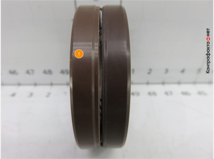 1. Оттенок кольца более светлый.