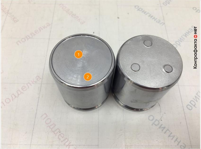 1. Имеет конструктивное отличие.   2. Отличается оттенок цвета метала.