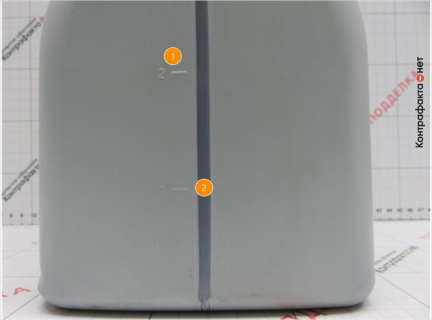 1. Нумерация шкалы выполнена другим шрифтом. | 2. Отсутствует дополнительное тиснение прямоугольной формы в нижней части канистры.