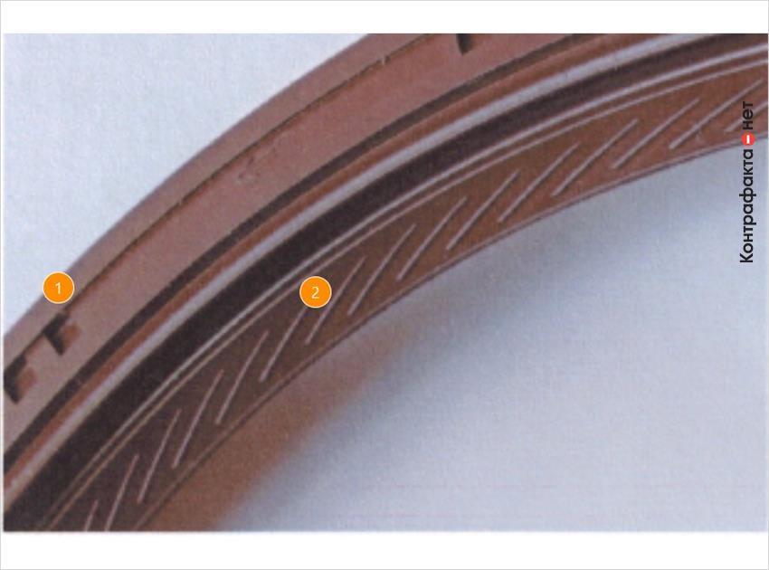 1. Прямоугольные рельефные элементы расположены попарно. | 2. Толщина и форма диагональных засечек на внутренней части корпуса отличается от оригинала.