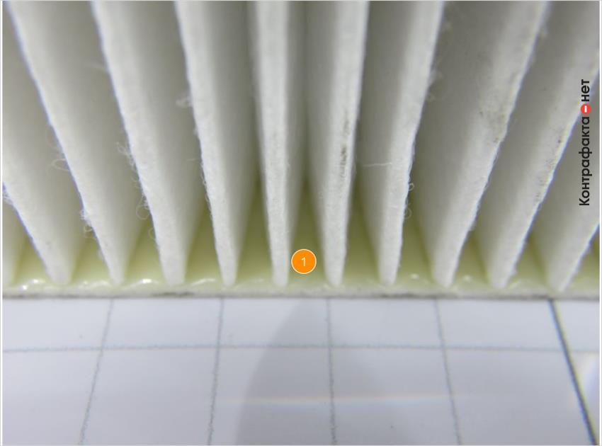1. Обильный слой клеящего материала желтого цвета.