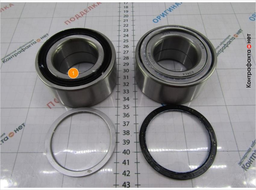 1. Под защитной шайбой находится сальник, у оригинала металлическое кольцо.