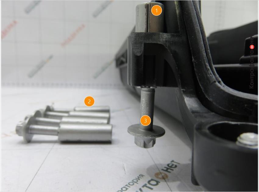 1. Нет отметки отк. | 2. Металлические втулки с болтами крепления не качественно запрессованы в клапанную крышку и легко извлекаются. | 3. Конструктивное отличие болтов.