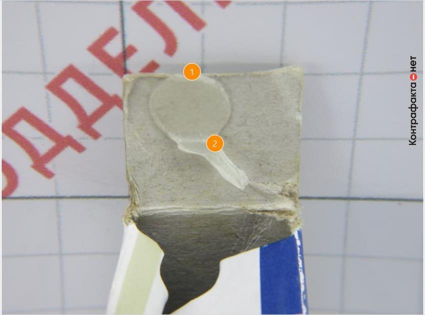 1. Клеящий материал нанесен в произвольном месте. | 2. Обильная дозировка клея с многочисленными подтеками.