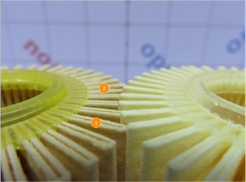 1. Имеет визуальное отличие цвет фильтрующего элемента, более выраженная ворсистость фильтрующего  материала. | 2. Имеет геометрическое отличие, оригинальный фильтр больше.