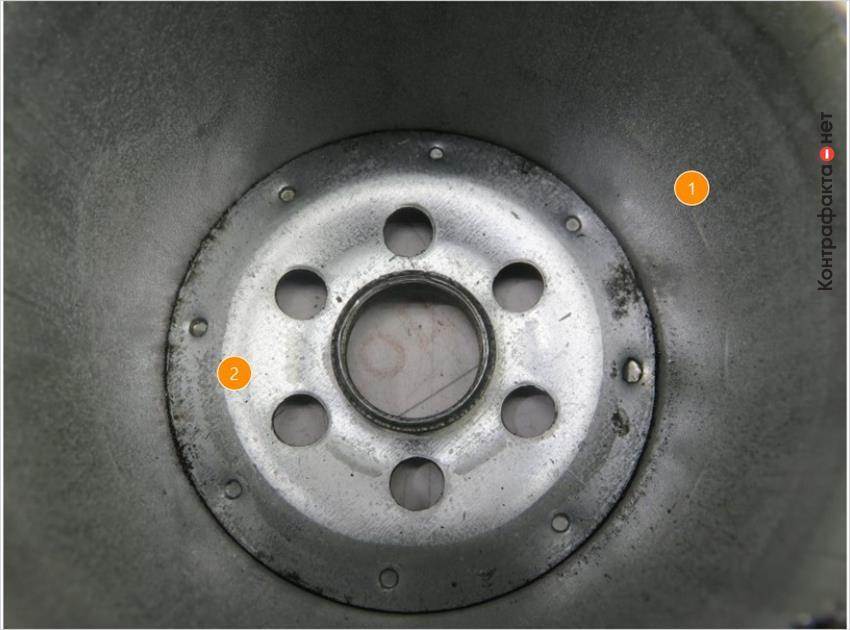1. Металл корпуса менее качественный. | 2. Алюминиевый оттенок.