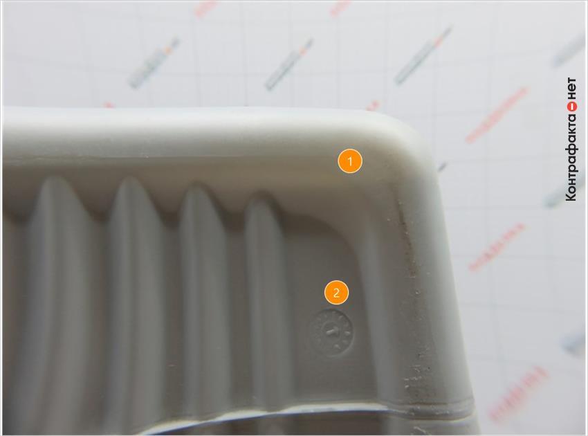 1. Менее плотная канистра, просматривается жидкость. | 2. Штамп даты производства выполнен неровно, часть маркировки нечитабельна.
