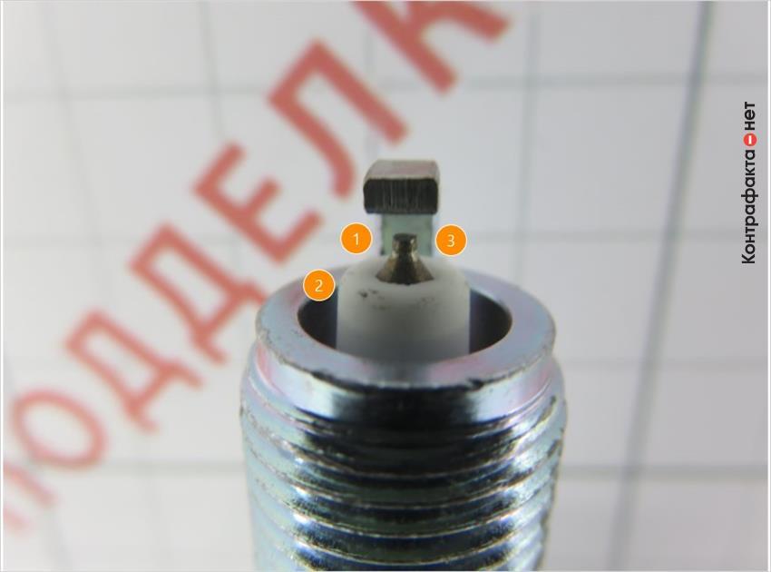 1. Иридиевый наконечник заменен железоникелевым. | 2. Дефекты теплового конуса изолятора. | 3. Иная форма и оттенок центрального электрода.